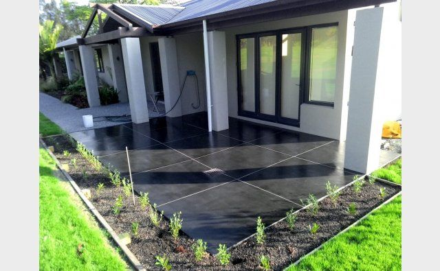Peter Fell Coloured Concrete | SuperBlack Patio with contrasting white grout - superstyling!