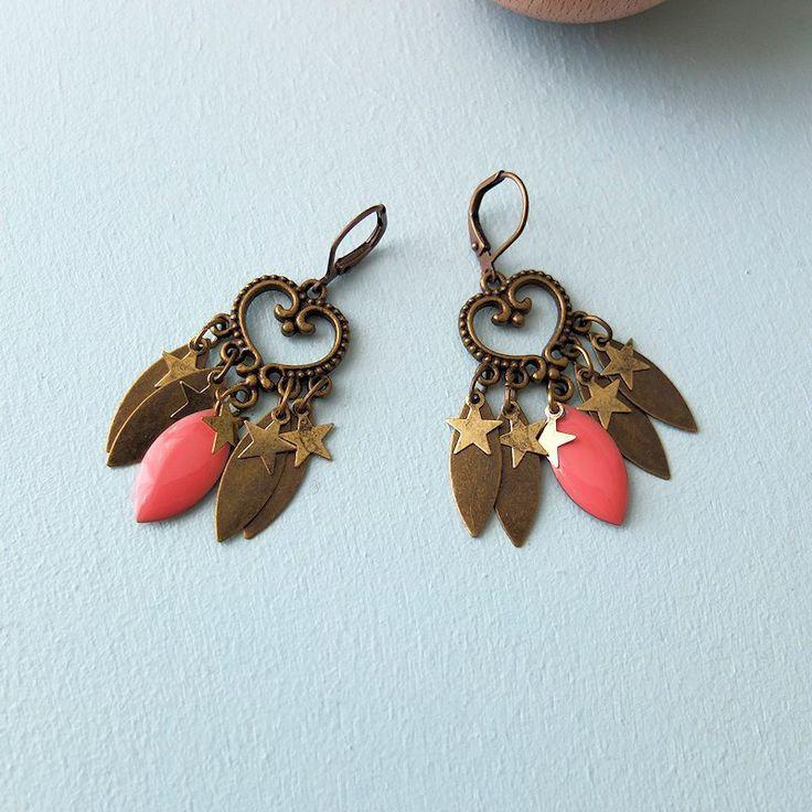 Boucles d'oreille ethniques, chandelier bronze, pampilles émaillées et laiton bronze, saumon, étoiles en laiton : Boucles d'oreille par my-french-touch