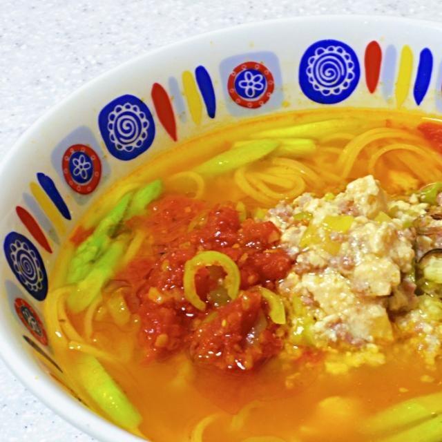 青唐辛子で麻婆豆腐を作ったので、中本の蒙古タンメンみたいなのできないかなと思って、麺は家にあったフォーを採用。 色がカラフルなら栄養豊かという信念のもと全体をまとめる赤いスープを作りました。 結果、水原希子ばりに、大成功の踊りとなりました✨✨✨ - 86件のもぐもぐ - トマト味噌フォーinspired蒙古タンメン by naoperron