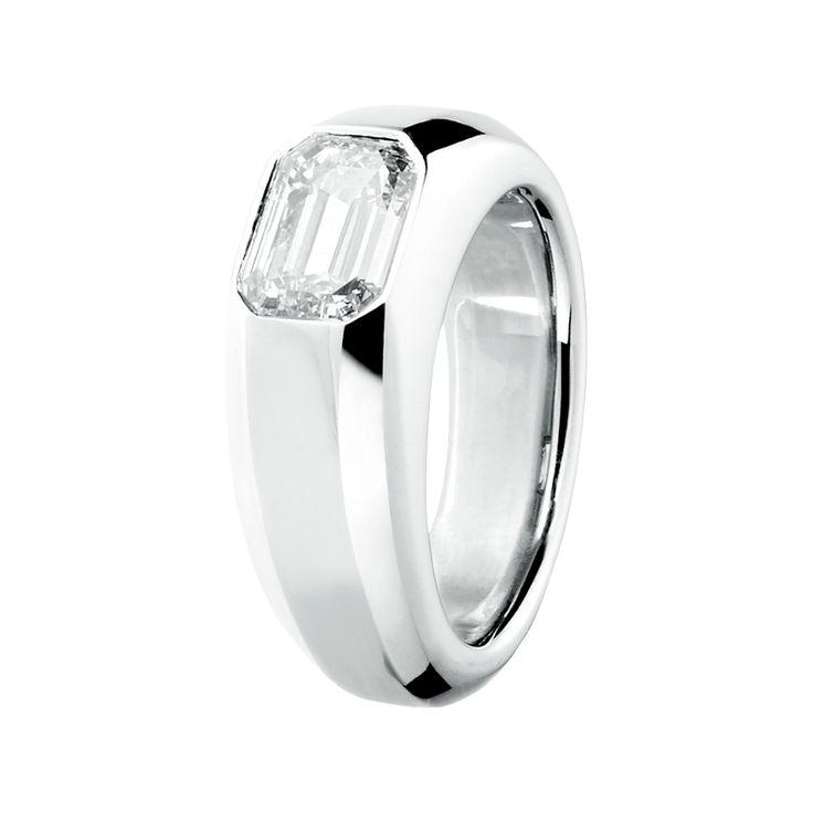 Ein schönes Geschenk: der Diamantring Vaduz mit Edelstein im Smaragdschliff und massiver Ringschiene aus hochfeinem Platin
