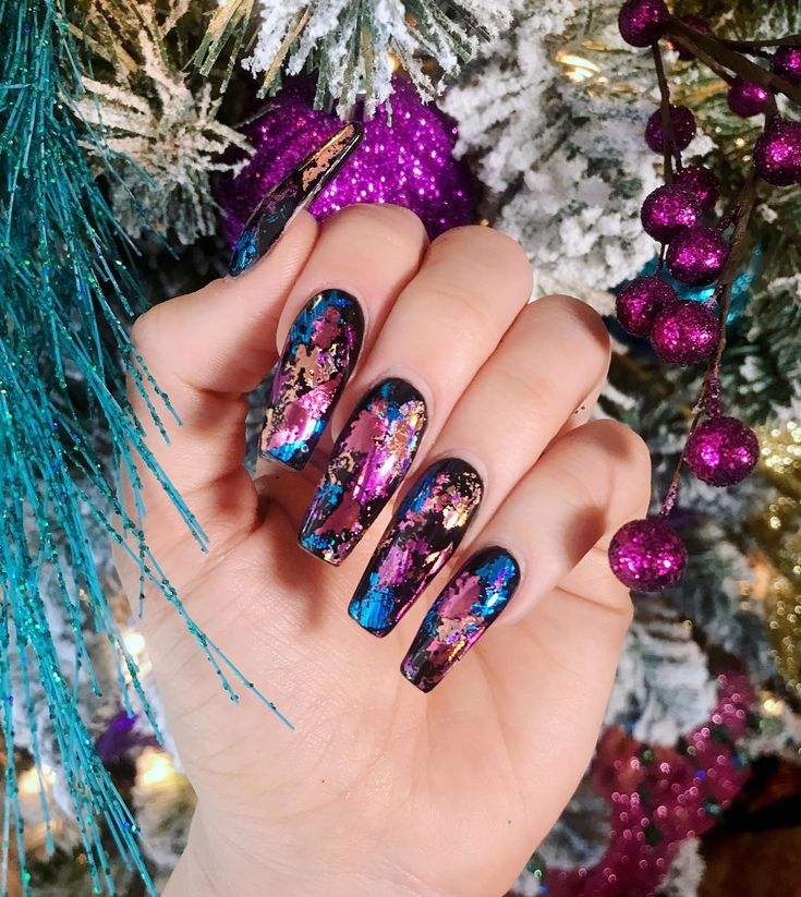nails match christmas tree