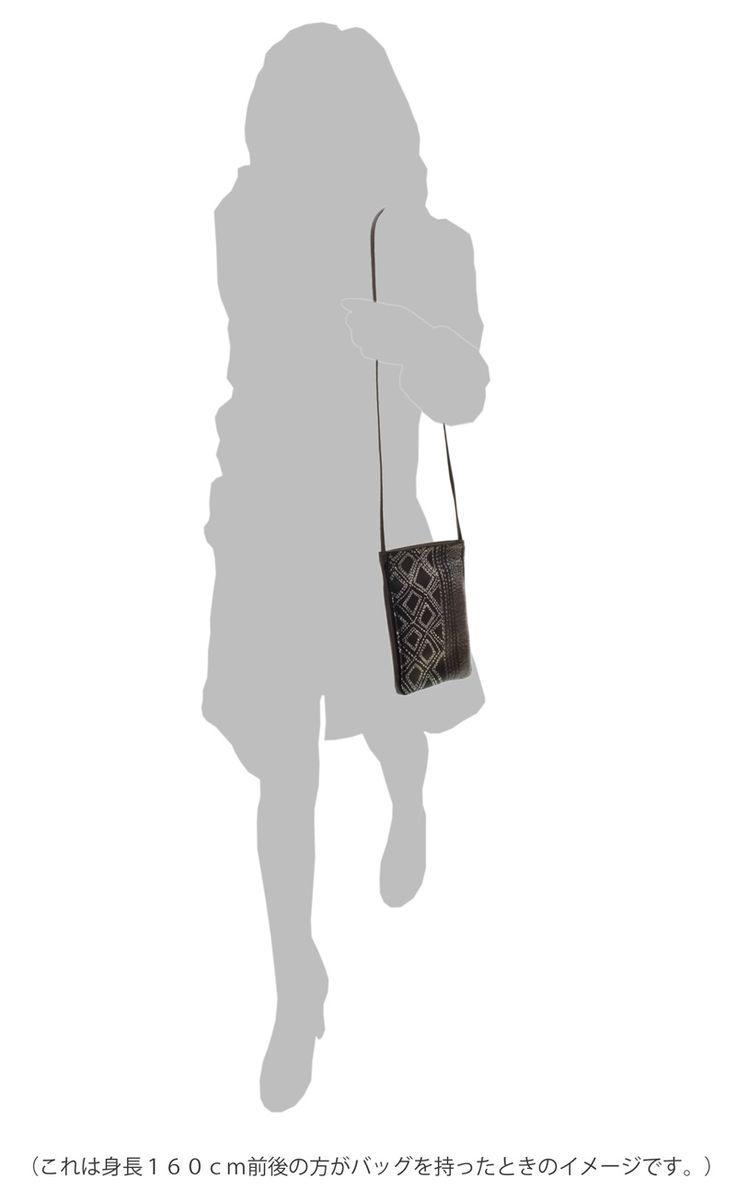 坂本これくしょんのお洒落にかつスタイリッシュに携帯できる「牛革ショルダーバッグ」より、刺し子の目のようなぬくもりのある柄、ちょっとしたお出かけに便利な牛革セコンドロングバッグ 銀ステッチ Second Long bag  silver stitch silver powder のご紹介です。ハンドメイド感のある刺し子の目のようなぬくもりのある柄、シンプルで直線的な図案をコラージュ、ポシェット正面に大胆に配したデザインが印象的です。 イメージ写真1  #蒔絵バッグ #牛革ショルダー #ショルダーバッグ #leatherbags #shoulderbag #fashionable #makie #機能性バッグ #ウェアラブル蒔絵 #WearableMAKIE #ポシェット #pochette #旅行用バッグ #斜め掛けバッグ #ウェアラブル蒔絵 #WearableMAKIE