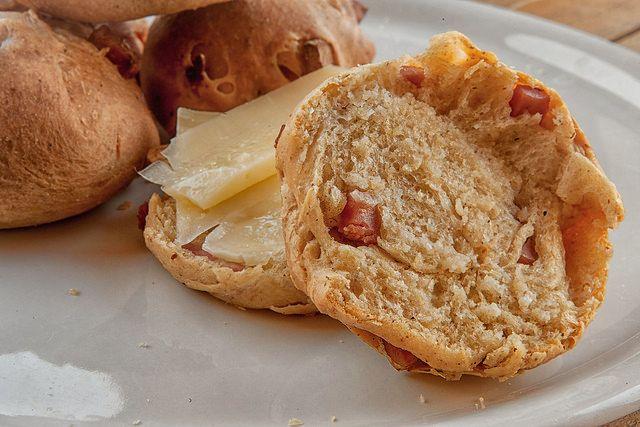 Cacio e pepe anche per un panino? Sì, perché no. Magari con aggiunta di mortadella... favorite? Panini cacio pepe e mortadella http://www.scattigolosi.com/2017/07/panini-cacio-pepe-mortadella.html/