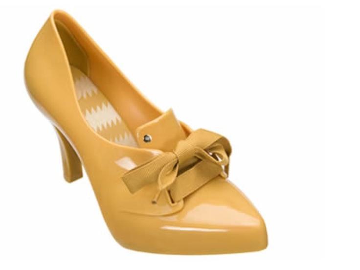 """Celestial     Inspirada no sapato estilo Luís XV, esse novo modelo de Melissa é a resposta mais inovadora para as melisseiras que amam laços, sofisticação e saltos. Note o detalhe do cadarço de gorgorão, a palmilha estampada e o charmoso pin com o """"M"""" da marca aplicado ao sapato."""