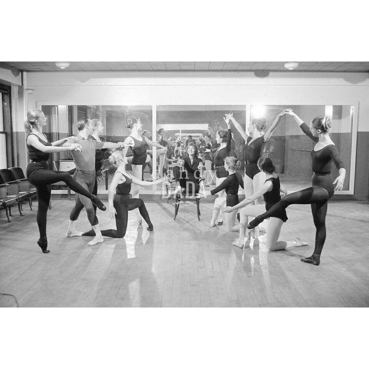 Ruth Page La #coreografa #RuthPage e #ballerini della compagnia Chicago Opera Troupe provano nella sala del teatro di #Chicago. Gli attimi precedenti alla Prima trascorrono in un clima di gioia e festa. #vintage #fotografia #danzaclassica #ballare #danza