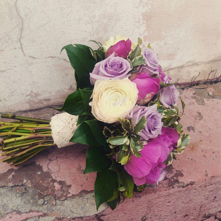 Акварельный сиреневый букет невесты из пионов, ранункулюсов и роз