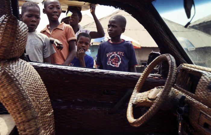 Criançada de Ibadan, terceira cidade mais populosa da Nigéria,observa impressionadae curioso a picape de vimedo artesão  VEJA TAMBÉM  > O...