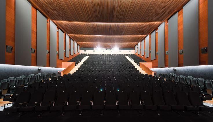 ¿Tienes que realizar un evento de más de 500 personas? El Auditorio Condes de Barcelona del Hotel Reina Petronila es perfecto para ti. Contacta con nosotros, nuestro equipo profesional te ayudará en todo lo que necesites.