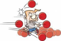 Bal op pion trefbal - www.activitheek.nl Gooi de bal van de pion af in het andere veld en win!