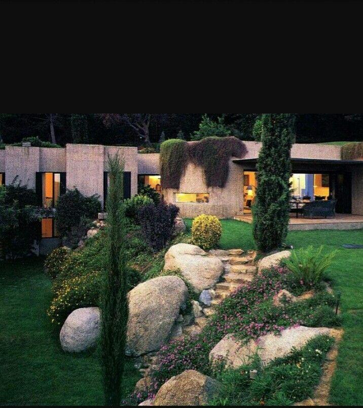 Giardino discesa scalinata sassi piante basse