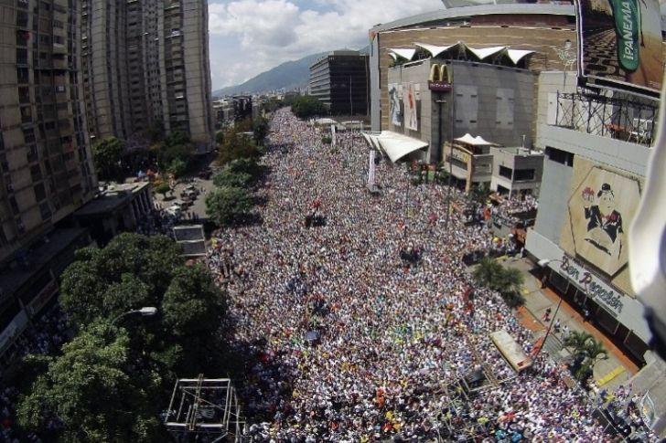 <p>12/03/2016/AFP/PS La oposición venezolana moviliza este sábado a sus partidarios para exigir la renuncia del presidente Nicolás Maduro, en el inicio de una estrategia de presión en la calle que empuje además las fórmulas legales con que busca la salida…</p>