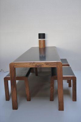 Walnoten tafel en bankjes met rubberen blad, Ontwerp Erica Geurkink