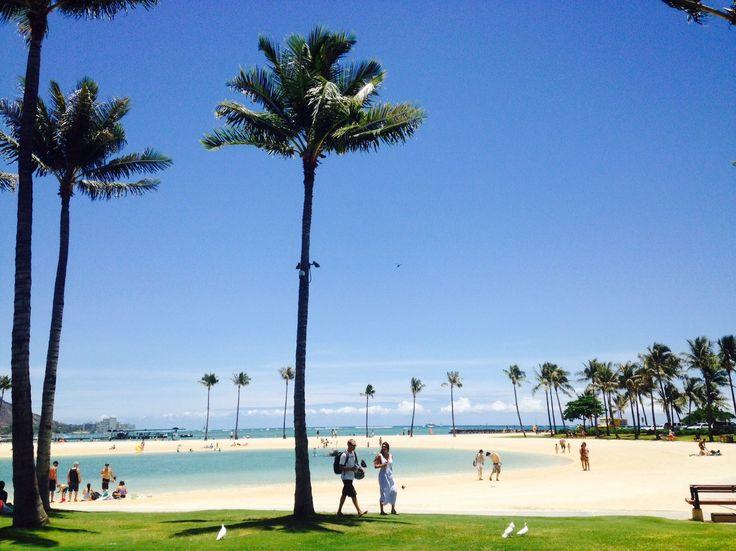 まずはお散歩しながらビーチへ行こう 「どうしてハワイが好きなの?」と聞かれると、「海が好きだから」と答える人は多いですよね。 一言にハワイの海、と言ってもいろんな場所から見てみると・・・。 その海の色も、風景も、いろんな違いがあって、それぞれに素敵です。 今日は、オアフ島いろんな場所の海の風景を切り取ってご紹介したいと思います。 日本人の観光客の方たちで、一番馴染みが深いのは、やはりワイキキビーチでしょう。 ロイヤルハワイアンホテルの近くのビーチからは、ダイヤモンドヘッドも良く見えます。 滞在先からお散歩しながらビーチへ・・・お子様連れのファミリーには、行きやすいビーチですね。 ワイキキから少し離れるだけで、見える景色が全然違う! 少しだけワイキキからアラモアナの方に移動してみましょう。 ヒルトンハワイアンアンビレッジの裏側のラグーンです。 ヒルトンの宿泊客だけでなく、ローカルたちもたくさん集まるビーチです。 ワイキキからそう離れた距離ではないのですが、比較的静かです。 ラグーンの海の色は、ひときわ薄いブルーで、とても綺麗です。 少し足を延ばして、ホノルル以外のエリアにも!…