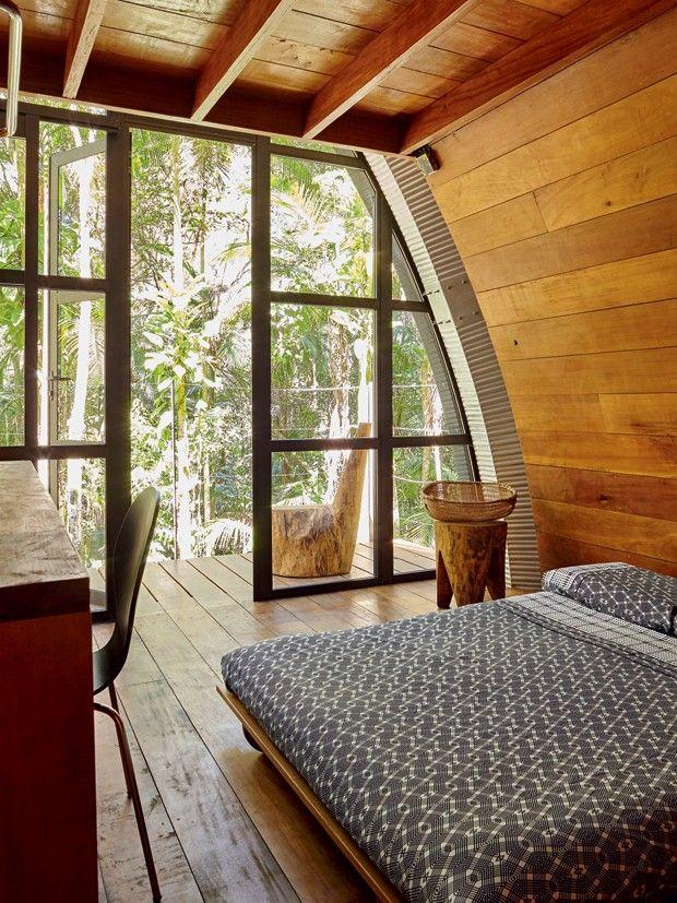 Quarto | A parede e o teto são revestidos de tábuas de eucalipto autoclavado tratado e envernizado iguais às do assoalho. Cama com futon de casal da Futon Company. Móveis executados pelo artesão Lindomar Princisval (Foto: Victor Affaro)