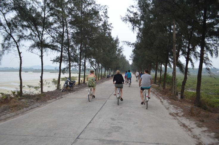Fietsen op een eiland in de Bai Tu Long Bay. http://www.pimenjiska.nl/fotos-van-halong-bay