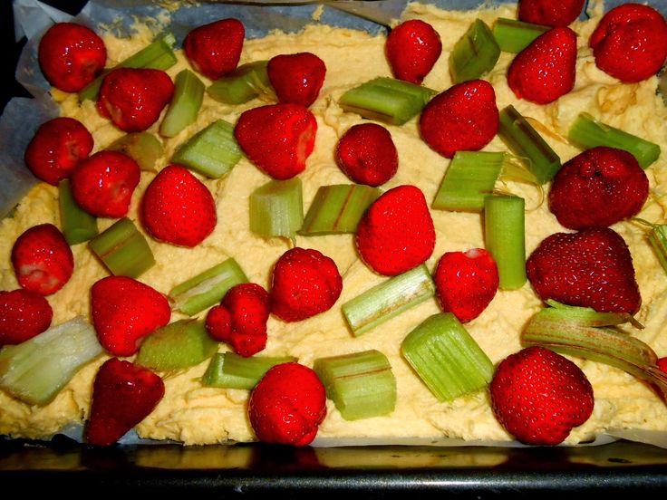 proste ciasto z owocami-z rabarbarem i truskawkami