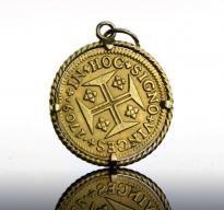 Lote 4894 - Moeda de Ouro - Quartinho, da Monarquia Portuguesa, D. João V, de 1709, com aro e argola de suspensão em ouro amarelo de 800 fixo à moeda por garras (podendo ser retirado). Dim: 20 mm. Peso total: 3,8 g. Nota: moeda idêntica (sem aro) foi vendida por € 300 numa leiloeira de Lisboa. - Current price: €160