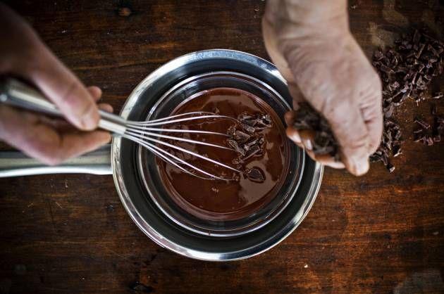 Højglans. Så blank og lækker, som den smeltede chokolade er, skal den færdige konfekt også gerne være. Det kan også lade sig gøre, hvis man tempererer overtrækschokoladen korrekt. - Foto: MATHIAS CHRISTENSEN