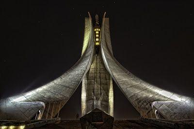 Terre d'Afrique:Memorial du martyr (Alger)  Le Mémorial du martyr ou Sanctuaire du martyr est un monument aux morts surplombant la ville d'Alger, érigé en 1982 à l'occasion du 20e anniversaire de l'indépendance de l'Algérie (5 juillet 1962), en mémoire des morts de la guerre.