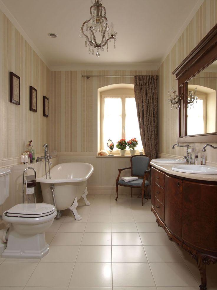 <p><strong>Łazienka w stylu retro</strong>, to tak naprawdę pokój kąpielowy, który zazwyczaj sąsiaduje z sypialnią. By osiągnąć efekt stylu retro nie wystarczy wstawić klasycznej wanny na lwich nogach i baterii retro. Ten styl budują panele i tapeta na ścianie, wykończone piękną zasłoną okno oraz oprawy oświetleniowe charakterystyczne raczej dla pokoju niż dla łazienki.</p>