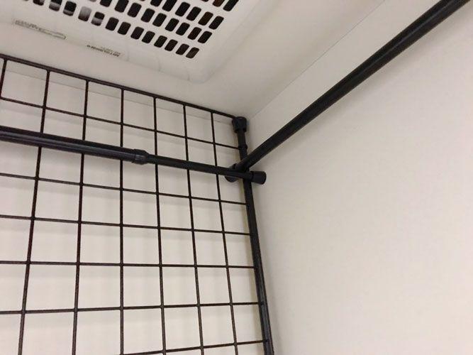 キッチンdiy ワイヤーネットとつっぱり棒でキッチンスペースに固定