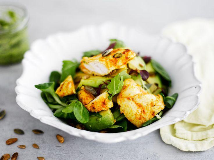 Puutarhurin kanasalaatti ja rucolalimepestoa     Juhlava salaatti sopii niin valmistujaisjuhlien ruokapöytään kuin vappupiknikille.