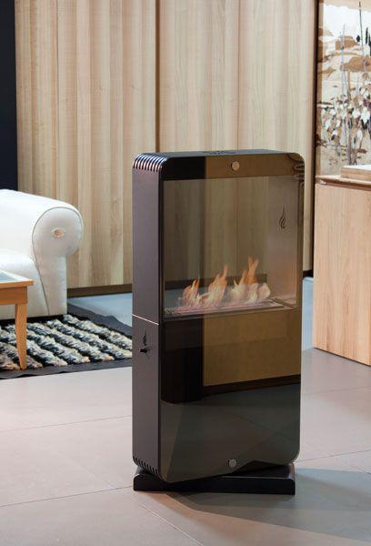 HI.FIRE Biocamino di forte ispirazione hi-tech. Può essere ruotato a 360° e avere a vista la parte con il vetro o la fiamma diretta. Un lato è interamente chiuso da un vetro specchiato, brunito, temperato di spessore 8 mm. Disponibile solo in nero. Eventuali altri colori su richiesta
