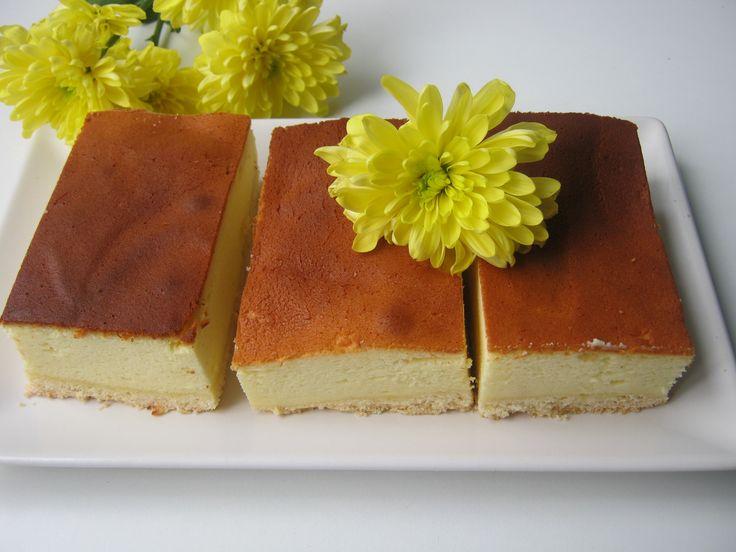 Sernik tylko troszkę opadnie po upieczeniu. Przepis na dużą blaszkę 40 cm x 25 cm Kruchy spód; 2 szklanki mąki 100 g masła o temp. pokojowej 0,5 szklanki cukru pudru 1 jajko 1 płaska łyżeczk…