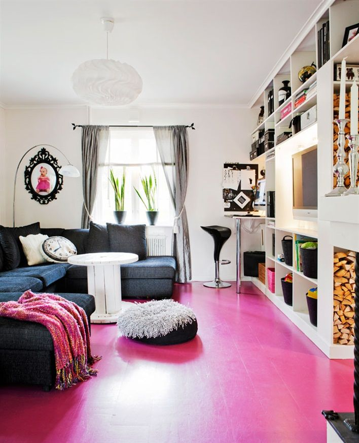 Livingroom/TV room. Pink floor, light walls || vardagsrum färgglatt rosa