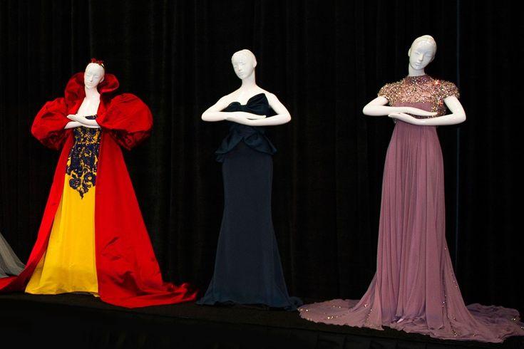 Era uma vez vestidos das princesas da Disney assinados por grandes marcas para Harrods! Vocês lembram dos vestidos inspirados nas princesas da Disney criados para o Natal de 2012 para a Harrods? Os vestidos não estavam a venda, agora, muito tempo depois, os vestidos serão leiloados!
