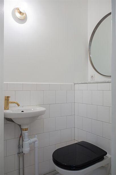 """Detta badrum på Södermalm är """"bara"""" är ett vitt/svart-badrum men detaljerna såsom mässing lyfter just det där standard till lite finare och lite lyxigare!"""