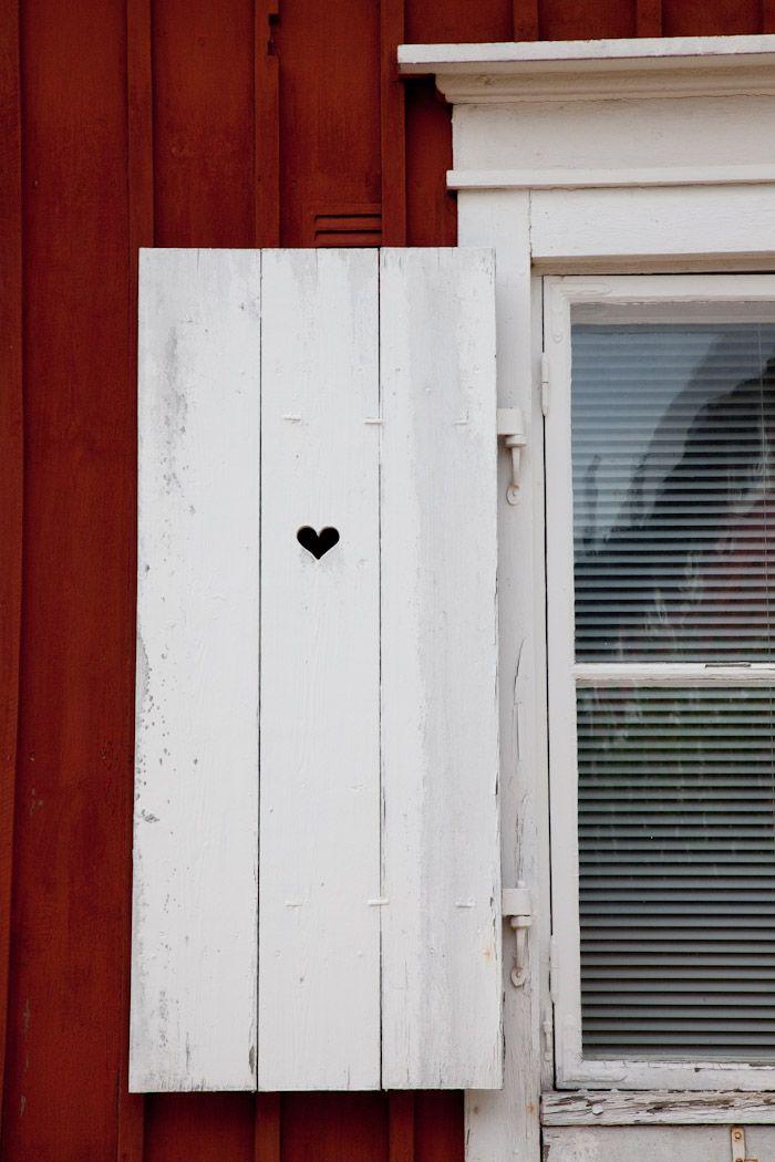 Fińskie inspiracje - drewniane okiennice w tradycyjnym, fińskim, wiejskim domku. #finuu #finlandia #inspiracje #cottage #wooden #house #drewniany #dom