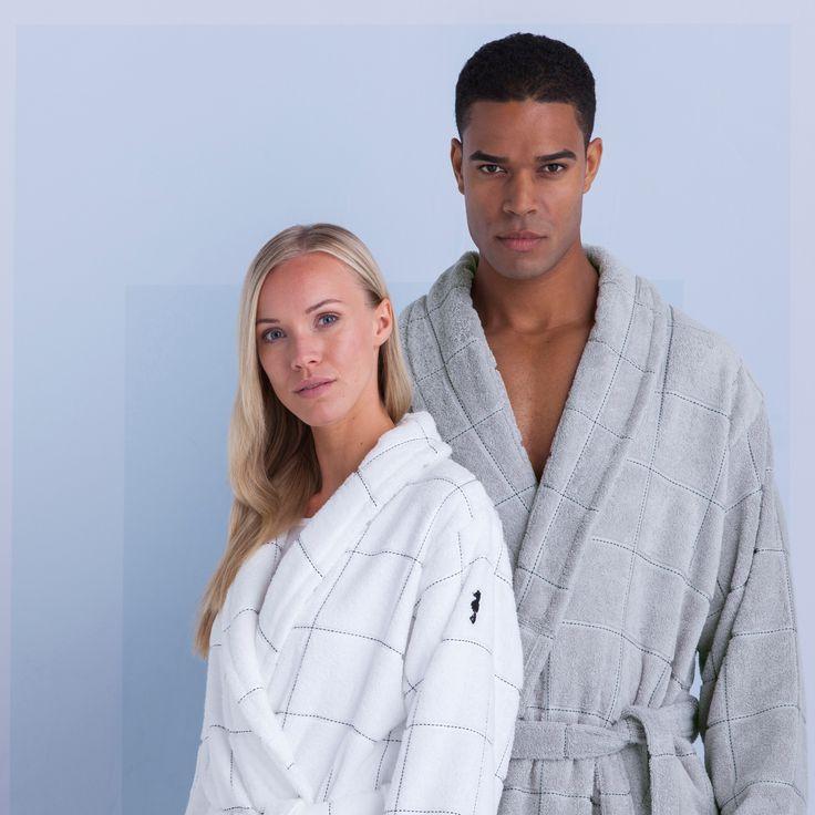 De luxe Grid badjas van Seahorse is gemaakt van 100% biologische katoen, GOTS-gecertificeerd, en heeft een tijdloze uitstraling door de ingeweven zwarte 'grids' tegen een elegante grijze kleur.      De badjas is voorzien van een chique shawlkraag, handige insteekzakken en valt op kuithoogte. Ook heeft de badjas een ruime band om de taille waarmee het dicht gestrikt kan worden.      De Grid badjassen zijn vervaardigd van 450 gram/m2 badstof kwaliteit en combineren perfect met de...