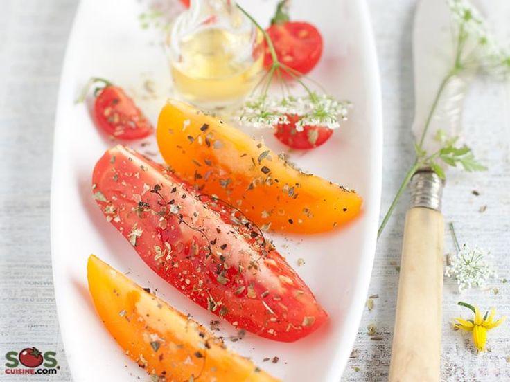 . On ne devrait pas ajouter beaucoup d'assaisonnement à des tomates mûres en saison: peut-être juste les saupoudrer d'origan (dont le nom dérive du grecque « origanon » qui signifie « joie de la montagne »).