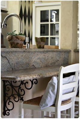 Colocaria no banheiro mãos francesas como essas (com estilo) para segurar uma bancada de pedra com volume na frente.
