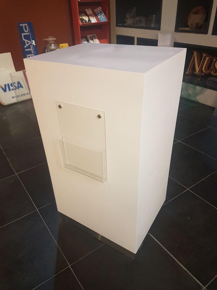 Bases en madera con portafolleto acrilico para exhibicion de productos en expoagro.