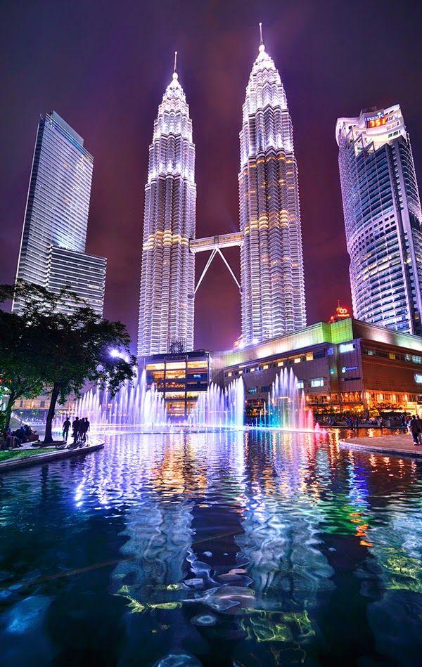 Las Torres Petronas actualmente es el séptimo edificio más alto del mundo y son las torres gemelas más altas del mundo. Estas torres cuentan con una altura de 452 metros. Las torres con 88 pisos de hormigón armado, acero y vidrio, se han convertido en el símbolo de Kuala Lumpur y #Malasia. #BestDay #OjalaEstuvierasAqui