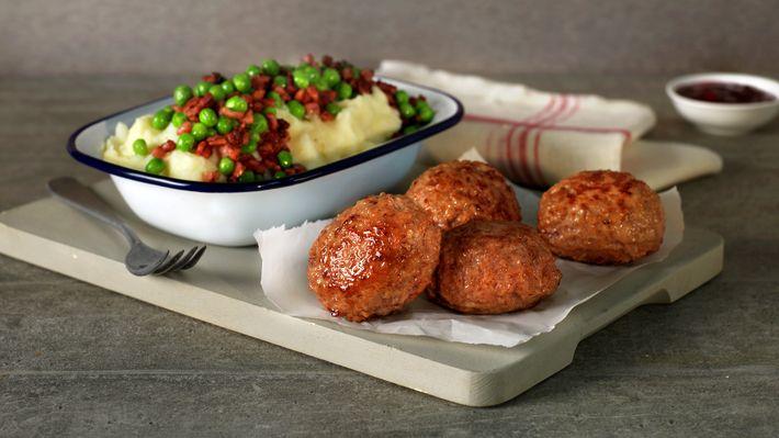 Medisterkaker med potetstappe, erter og bacon - MatPrat