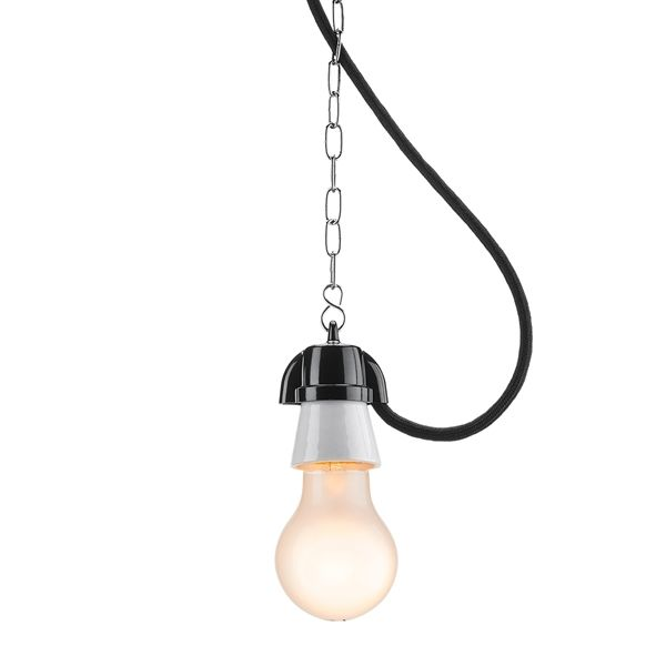 Mooie en zeer stijlvolle fitting. Vroeger vooral gebruikt als werkplaats- en/of buitenverlichting. Deze lamp heeft een unieke uitstraling door de antieke afwerking met een industriele look. Mooie verlichting voor de woonkamer of horeca gelegenheid. Voorzien van een fitting E27 (porselein max. 60W). De hangende versie is gemaakt van de beste materialen porselein (mount ring) en thermohardende (cover en kabelinvoer).