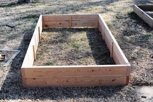 Great instruction by the Pioneer Woman on how to build a raised planter