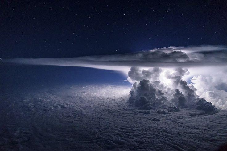 O piloto da Ecuador Airlines e fotógrafo Santiago Borja já presenciou cenas incríveis do alto de seu cockpit, como esta tempestade acima do Oceano Pacífico