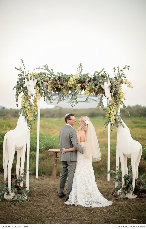 Okay, okay, are those giraffes holding the arbor? Awesomeness. A chic Lion King-inspired wedding, perhaps?