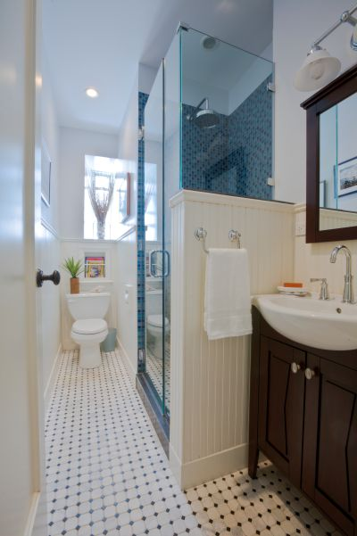 25 killer small bathroom design tips from decorators and for Find bathroom contractor