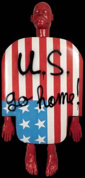 Personnage US go home, 1976 Technique mixte et plâtre peint Signé, daté et titré au dos 140 x 70 cm