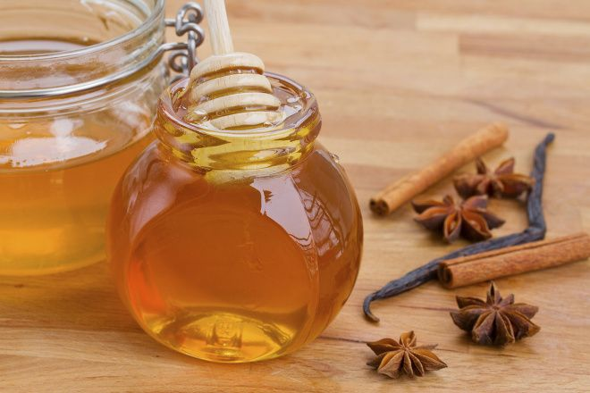 PROTI UNAVĚ.příprava:organický med, skořici a vodu. Na jeden šálek vody použijte 2 čajové lžičky medu a čajovou lžičku skořice. Vodu převařte, zalijte ní skořici, uzavřete a počkejte, dokud je voda tak akorát, abyste ji mohli vypít. Do vlažné vody přidejte med. Nikdy vsak do horkého nápoje, mohli byste tím zabít všechny nutriční hodnoty. Dávkování je velmi jednoduché. Půlku šálku vypijte před spaním, druhou ráno po probuzení. Nápoj nikdy ničím neochucujte, ani jej znovu neohřívejte.