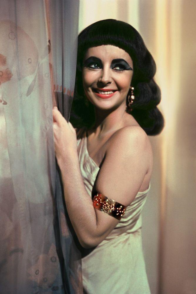 """Фильм произвел настоящую модную революцию, спровоцировав появление знаковых трендов 60-х. Кольца в виде змей, широкие браслеты, геометрические стрижки и макияж """"Глаза Клеопатры"""" стали невероятно популярными."""