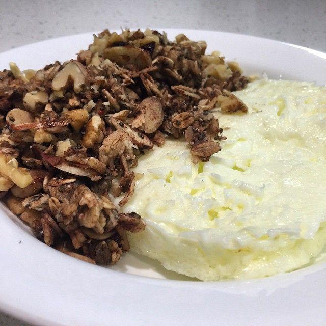 A good and healthy breakfast is a rule that I respect everyday !! No having breakfast is the worst breakfast you can have ! ❤️ 4 eggs whites with 1/2 oatmeal with almond, chia seeds, walnuts , touch of cinnamon and a bit of semi sweet Choco chips ! ❤️ ----------------------------------------------------------------  Un desayuno bueno y saludable es una regla que respeto a diario , no desayunar es el peor desayuno que puedes comer !! ❤️ Hoy tortilla de 4 claras con 1/2 taza de avena…