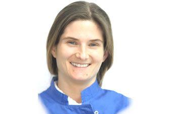 Laureata in Odontoiatria e Protesi Dentaria presso l'Università di Padova nel 2000, ha seguito corsi di perfezionamento in Odontoiatria Conservativa, Endodonzia, Parodontologia e Ortodonzia.