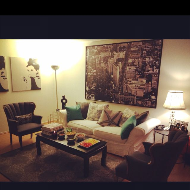 Apts can be #pennychic too! My BFF @Hilary Williams's living room decorated on a budget!