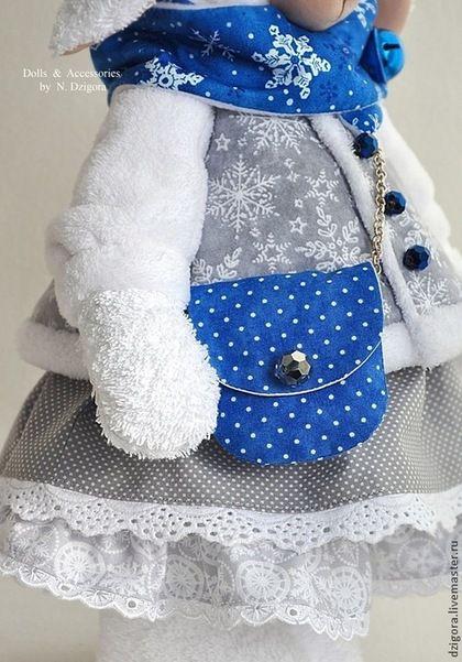 Купить или заказать Снежно-белая Бэль в интернет-магазине на Ярмарке Мастеров. Снежно - белая овечка по имени Бэль - символ Нового 2015 года. Рост овечки 40 см. Сшита из хлопковой махровой ткани, наполнена холлофайбером, одета в меховую шубку и пышное двухъярусное платье из хлопка нежных серых оттенков со 'снежным' принтом. Ярко - синие акценты в наряде этой барышни в виде модной сумочки и шарфика придают образу изящества и кокетства, а бубенчик не только служит милым…